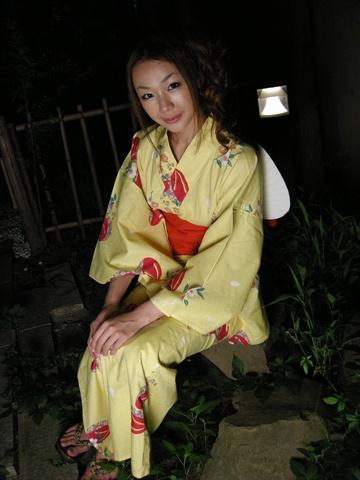 Kimono clad Sakura Hirota lures a friend in to fuck Photo 1