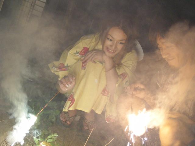 Kimono clad Sakura Hirota lures a friend in to fuck Photo 2