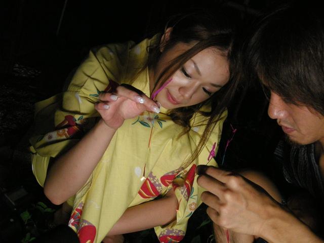 Kimono clad Sakura Hirota lures a friend in to fuck Photo 4