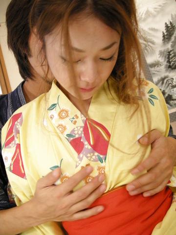 Kimono clad Sakura Hirota lures a friend in to fuck Photo 7